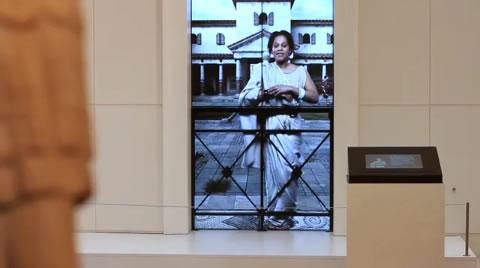 Historische Inszenierung der Ivory Bangle Lady in der Ausstellung des Yorkshire Museum